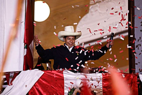 Pedro Castillo investido presidente de Perú